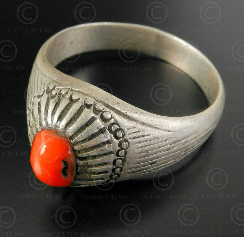 Bague corail rouge et argent R282A. Culture Asie centrale.
