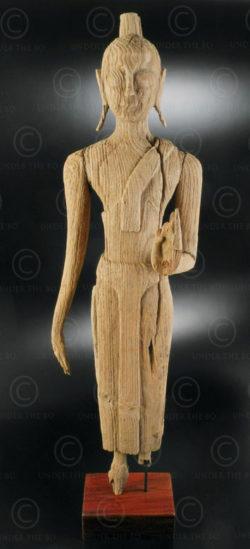 Boudhha debout bois érodé T400B. Style d'Ayutthaya, Siam (Thaïlande).