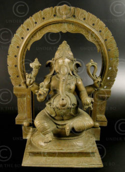 Bronze seated Ganesh 09KB2. Bronze statue of seated Ganesh with a mandorla, Chol
