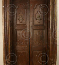 Indian door H24-02. Recess door with carved lintel. Chettinad, South India