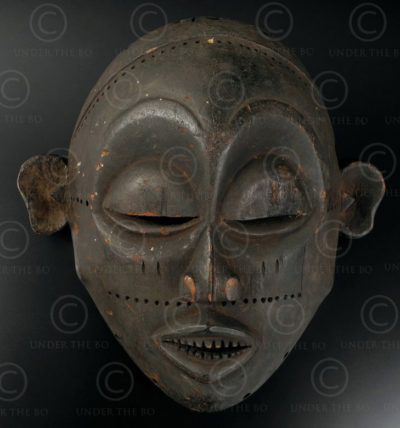 Chokwe small mask 12OL08. Chokwe culture, Angola, South West Africa.