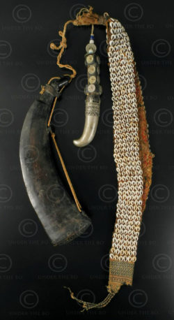Corne poudre Timor ID74. Parure d'épaule masculine cérémonielle. Corne de buffle