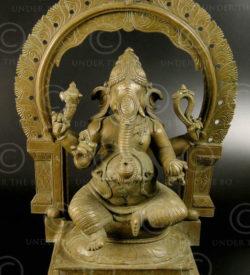 Ganesh assis bronze 09KB2. Période des Cholas. Tamil Nadu, Inde du sud.