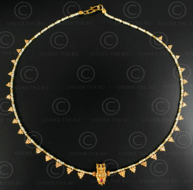 Gold grapes and ivory necklace 621. Designed by François Villaret.