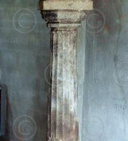Colonne indienne H21-99. Fut en granite et chapiteau en bois de jacquier. Inde d