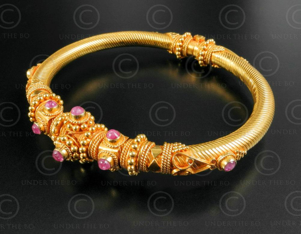 Gold bracelet B194. Southern India.