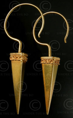 Indian gold earrings E196. Northern India.