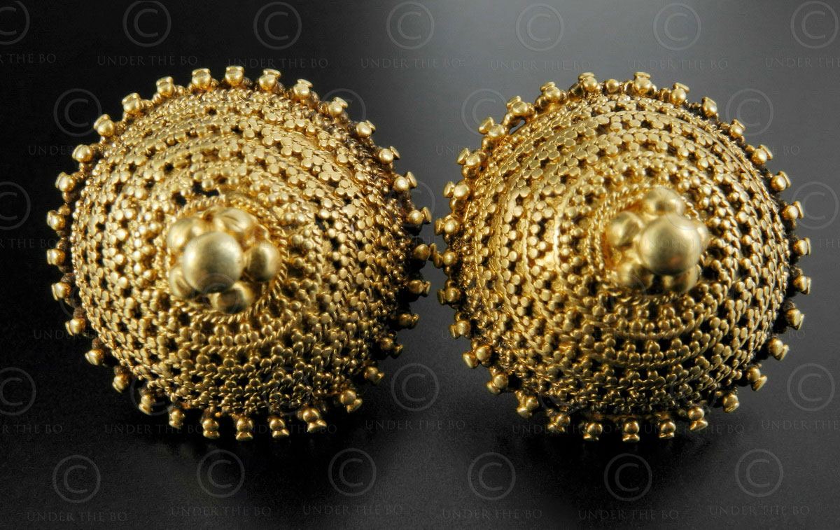 Indian gold earrings E215. Kutch area, Gujarat state, North-West India.