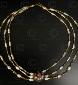 Necklace with gold, pearls, a kundan pendant 117