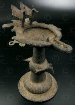 Lampe huile Nepal NE43. Forme de paons. Région du Térail, Népal