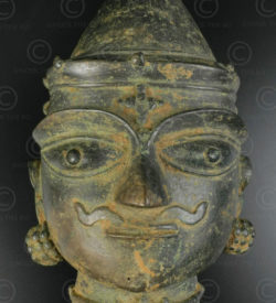Masque Shiva bronze 16P13C. Culte Bhuta, région du Tulu Nadu. Sud de l'état du Karnataka ou nord Kérala, Inde du sud.