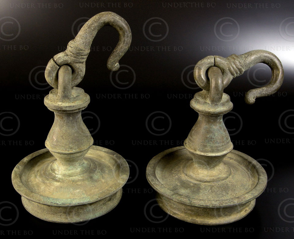 Bronze oil lamps with hook 09SV4C. South India.