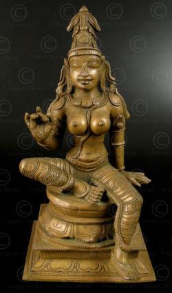 Parvati assise bronze 09KB5C. Période des Cholas. Tamil Nadu, Inde du sud.