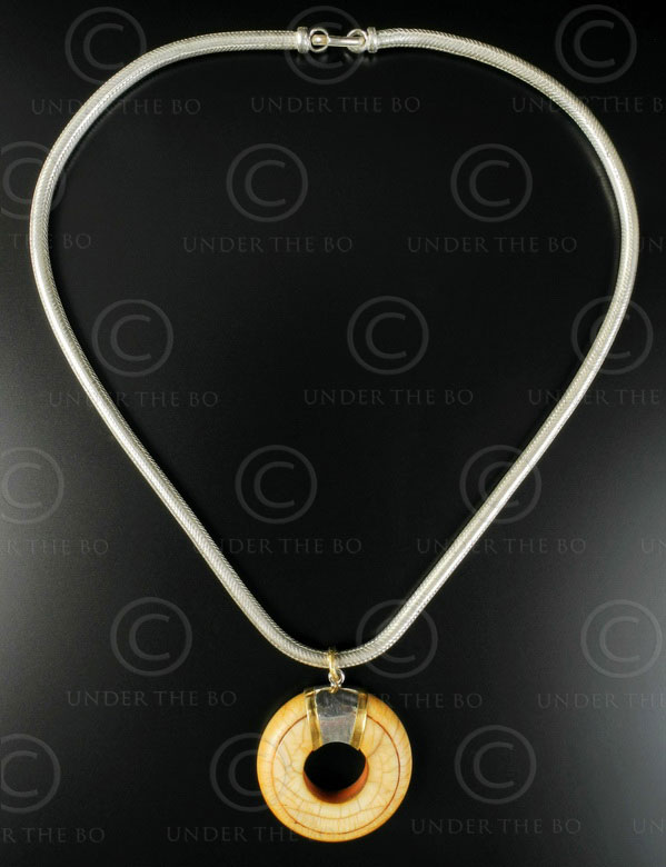 Pendentif anneau ivoire sur chaîne argent 616. Inde.