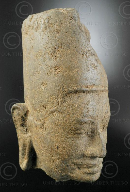 Tête khmère pierre KM92. Style khmer Cambodge.