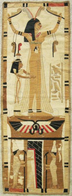 Tapisserie renouveau égyptien 12UZ0B. Acquise au Levant dans les années 1920.