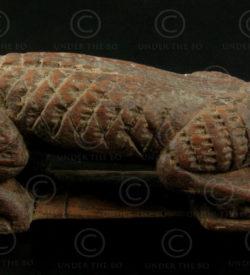 Poignée d'arc birman BU437. Poignée d'arc en bois de teck, en forme de crocodile. Birmanie.