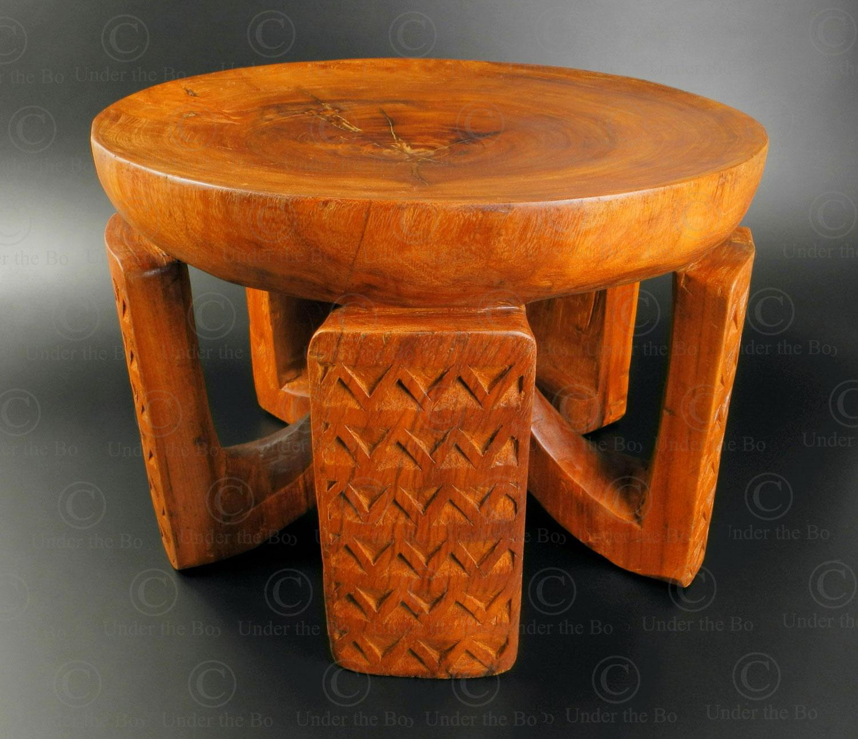 Tabouret style zambien 18FV-S20. Style de l'ethnie Bisa, Zambie. Manufacturé à l'atelier Under the Bo.