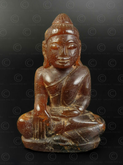 Bouddha birman en ambre BU585B .Style de Mandalay, Birmanie du nord.