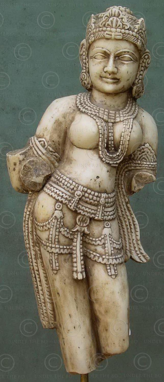 Danseuse céleste indienne en marbre IN572 .Style de Mathura, Inde du nord.